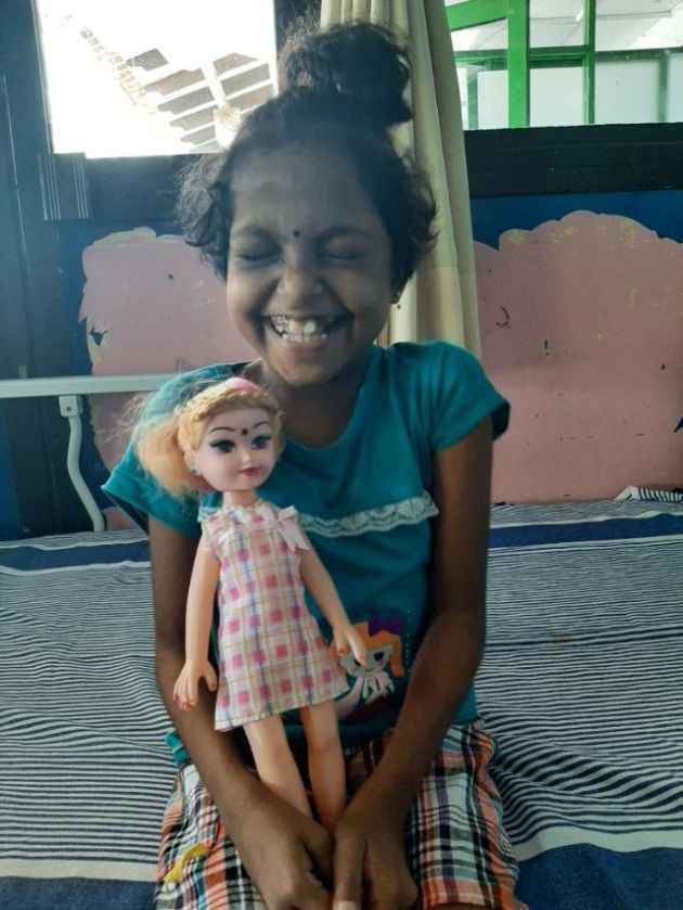 Kishanu with her new doll gifted by a medical student, in Teaching Hospital Ragama